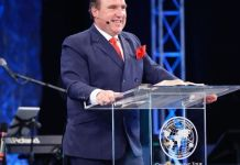 Pastor Rodney Howard-Browne, é líder da Revival International Ministries e The River Church, na Flórida.