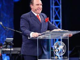 Pastor Rodney Howard-Browne, é líder da Revival International Ministries e The River Church, na Flórida.