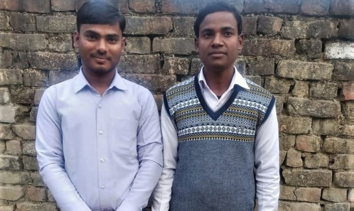 Os pastores Om Prakash (à esquerda) e Ajay Kumar enfrentam acusações infundadas em Uttar Pradesh, na Índia. (Foto: Reprodução/Morning Star News)