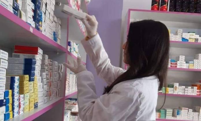 Shadia é uma das beneficiadas do projeto de geração de renda. Ela sustenta a família com os lucros da farmácia na Síria