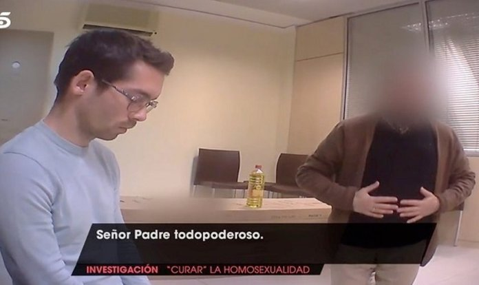 Jornalistas do canal espanhol Telecinco, usam câmera escondida contra um pastor evangélico. (Foto: Reprodução/Telecinco)
