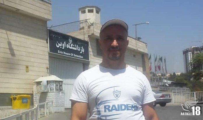 O cristão Mohammadreza (Youhan) Omidi em frente à prisão de Evin. (Foto: Reprodução / Artigo 18)