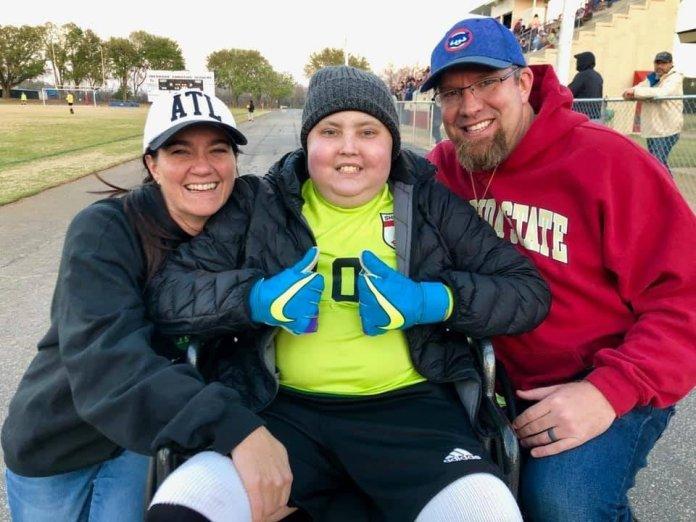 Malachi Russell (centro) junto com seus pais, Kim e Roger Russell. (Foto: Arquivo pessoal)