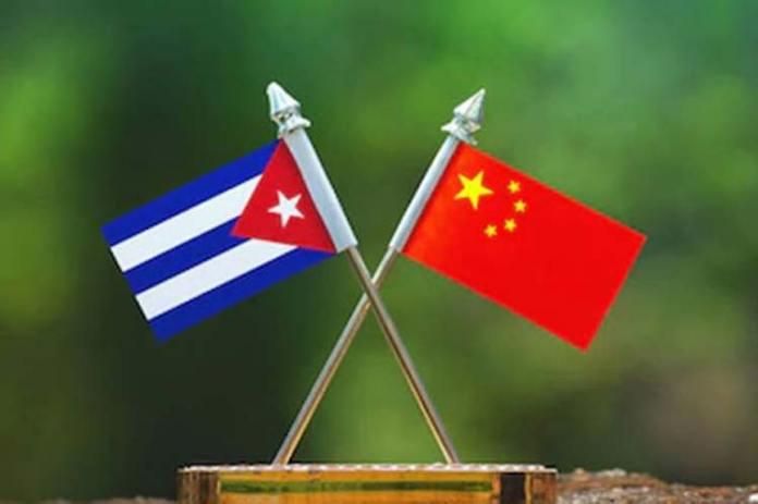 Bandeiras da China e de Cuba