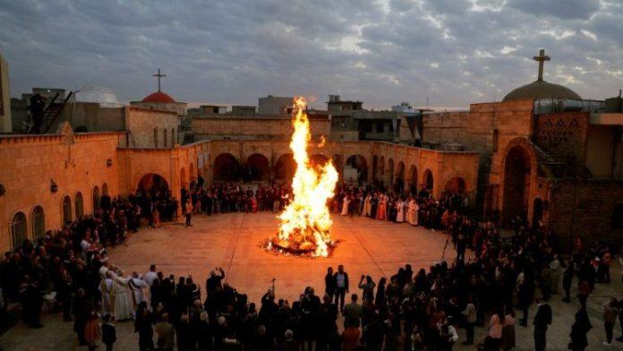 Cristãos iraquianos antes da Missa de Natal na Igreja da Imaculada, em Mosul (Foto: Vatican News)