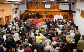 Culto em uma igreja batista em Madrid, Espanha.
