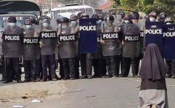 Freira impede que militares atirem em jovens, em Mianmar