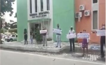 pastores protestam contra fechamento de igrejas na cidade de Cajazeiras, no sertão da Paraíba.