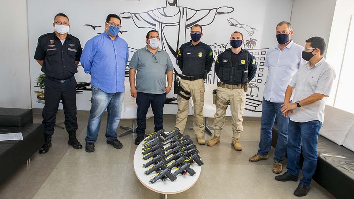 Read more about the article Prefeitura recebe quatro viaturas e 22 pistolas calibre 0.40 da Polícia Rodoviária Federal
