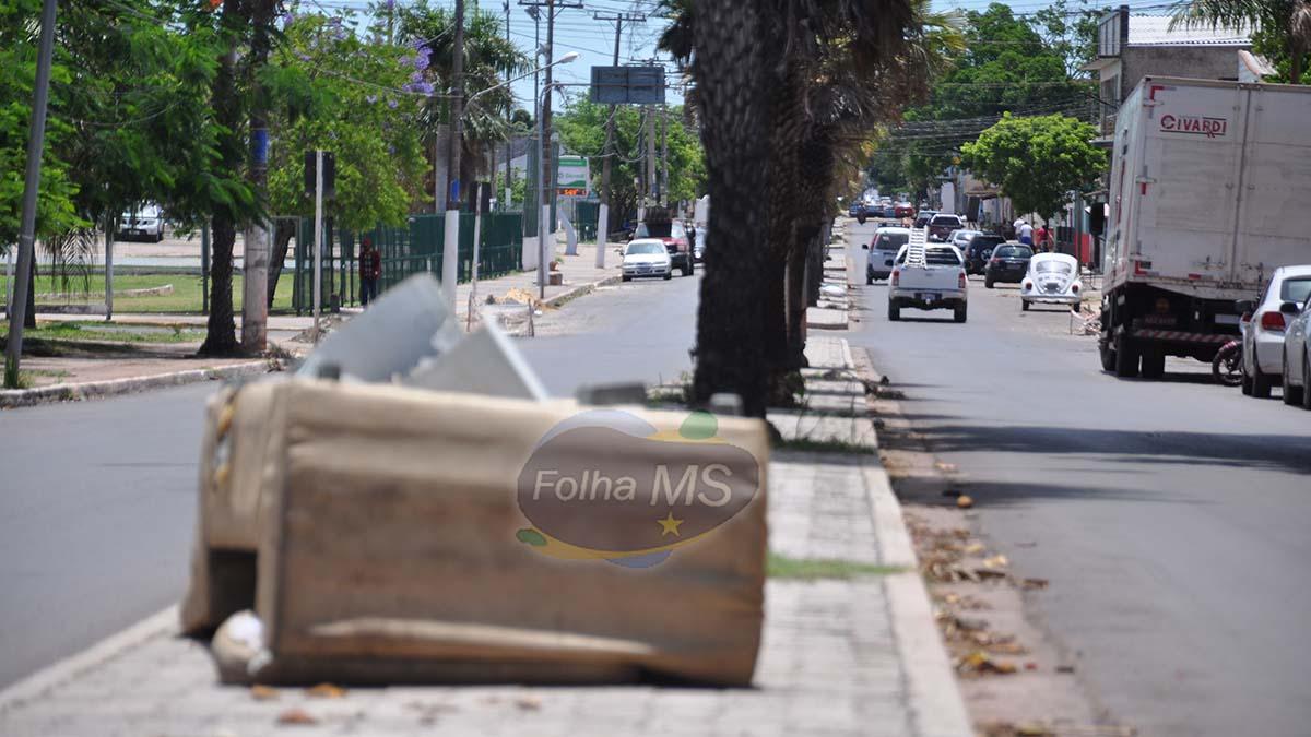 Read more about the article Sem coleta, lixo e entulho se acumulam em principal rua na região central de Corumbá
