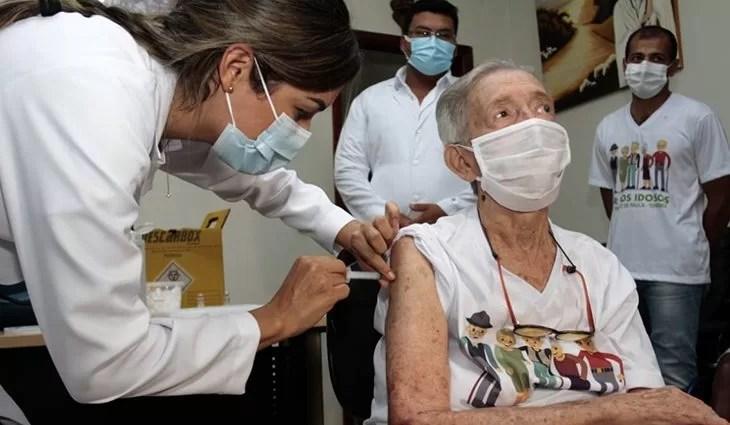 You are currently viewing MS inicia vacinação em idosos com dose de reforço e reserva doses para adolescentes