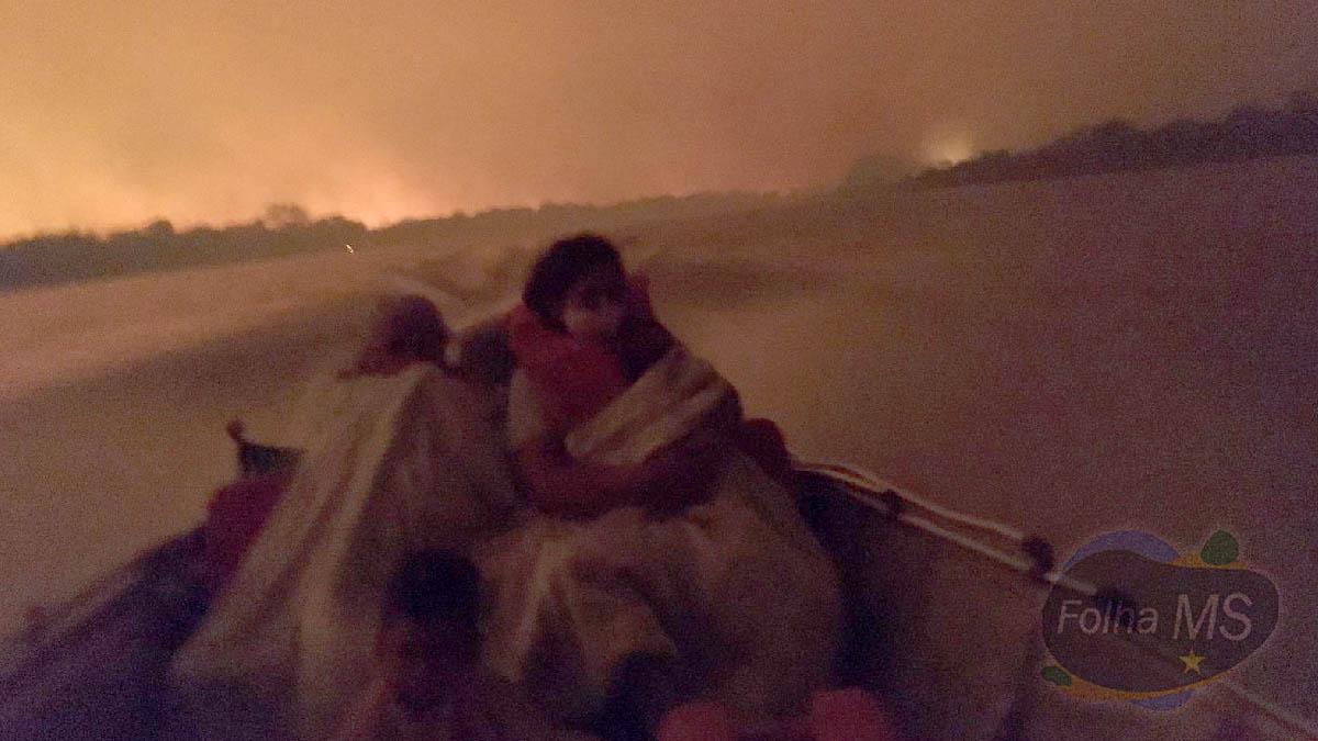 Read more about the article Famílias ribeirinhas são resgatadas pelos bombeiros em meio as queimadas no Pantanal   vídeo