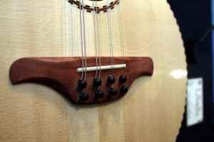 """Mandoline mit """"pinbridge"""" anstelle eines verschiebbaren Steges mit Saitenhalter"""