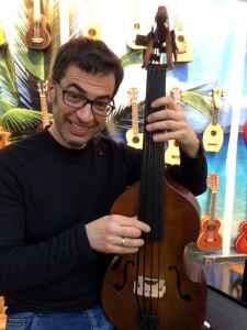 Begeisterter Besucher spielt die Kontrabass-Ukulele