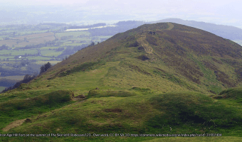 Iron Age Hill Fort on the summit of The Skirrid © Robevans123 - Own work, CC BY-SA 3.0, https://commons.wikimedia.org/w/index.php?curid=31907404