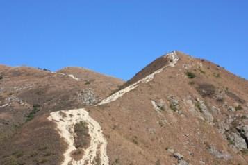 佈滿碎石的山路