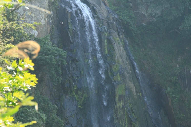 隱藏在山谷中的瀑布 (Waterfall hiding in the valleys)