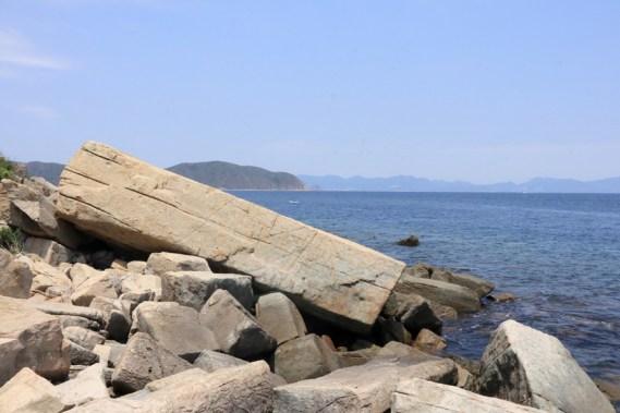 岸邊橫臥的巨型柱石
