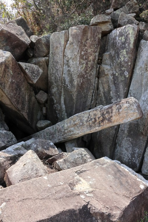 崩塌錯亂的柱石壁