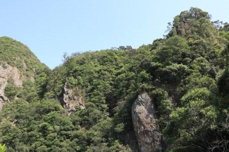 左邊吊手岩,右邊是猿頭