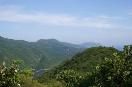 山下的爛泥灣及遠處的龍脊
