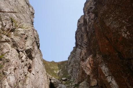 兩崖壁收窄形成漏斗狀