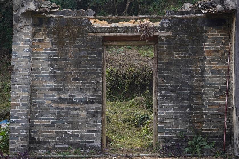 只剩下一道日久失修的門牆