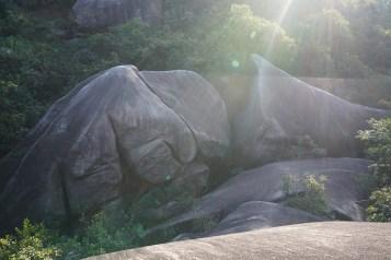 錦鯉石由三塊巨石組成