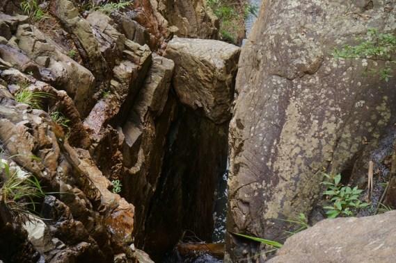 石室瀑上方懸空的奇石