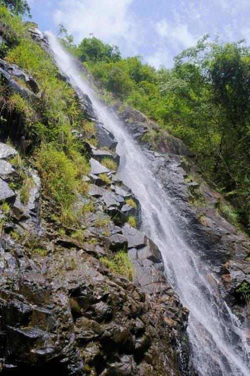 逾三十米高的石龍飛瀑