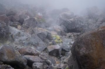 石隙冒出了琉磺味的煙