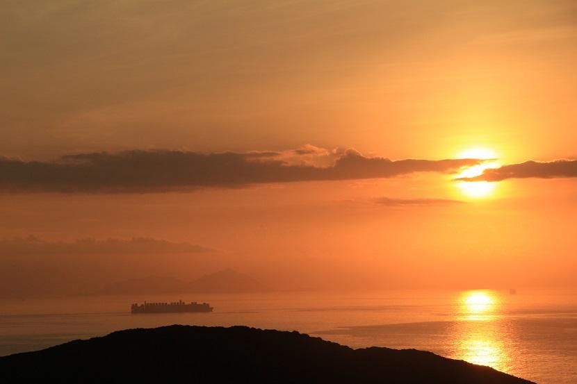 在標尖角拍攝的日出