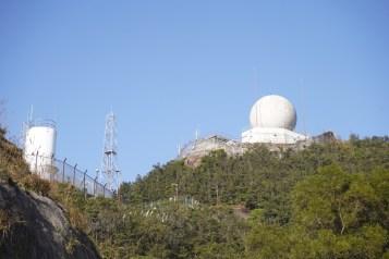 警崗(左)及天文台氣象站(右)