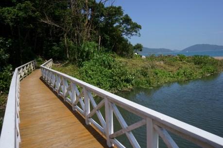 近年修建的白色橋成了打卡熱點 (The white bridge is a photograph spot)
