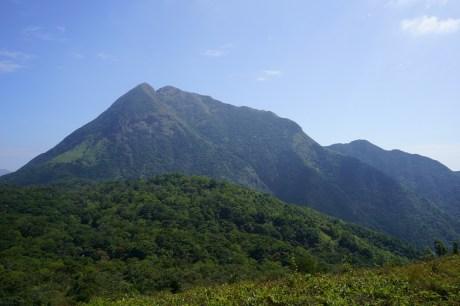 前面是木魚山,後面是鳳凰山