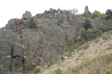 嶙峋的岩石