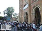 Mofafahrer verfolgen den Gottesdienst