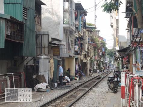Am Rande der Altstadt ziehen sich Eisenbahnschienen direkt an Wohnungen vorbei