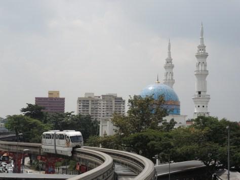 Monorail vor der Al-Bukhary Moschee
