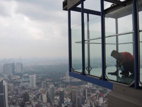 Kein Job für mich... Glasböden in 300 Metern Höhe putzen...