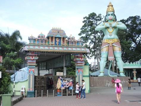 Direkt neben dem Bahnhof eine Statue des hinduistischen Gottes Hanuman
