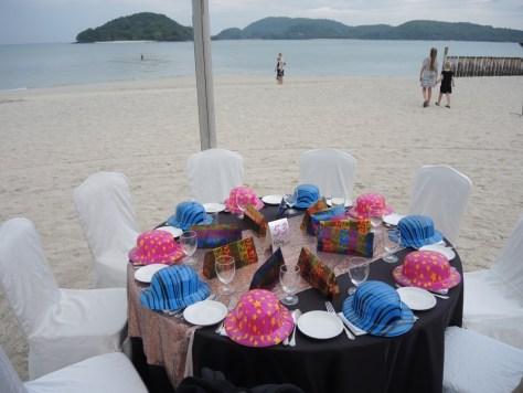 Unser Tisch 53. Die obligatorischen Partyhüte dürfen nicht fehlen.