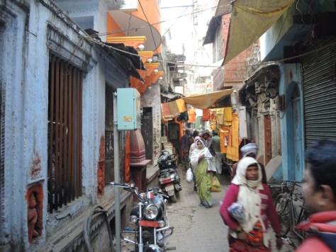 Farbenfroh und eng. Die autofreie Altstadt direkt am Fluss Ganges.
