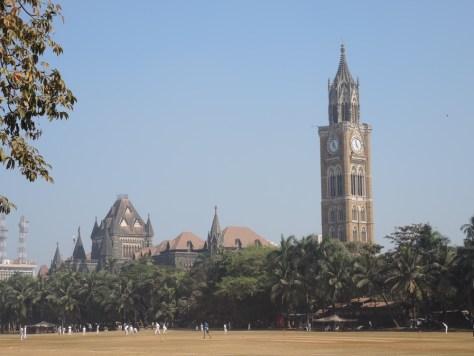 Oval Maidan mit Blick auf das Oberste Gericht in Mumbai. Hier wird gerne Cricket gespielt.