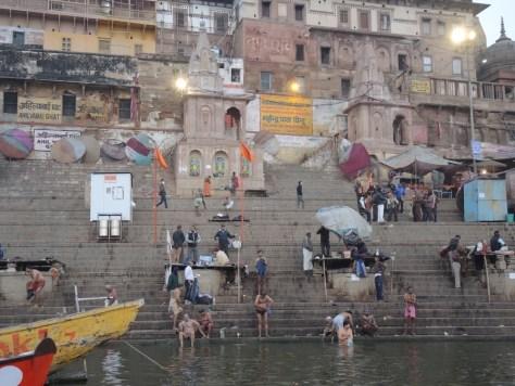 Die Hinduisten glauben, ein Bad im Ganges wäscht sie von ihren Sünden rein