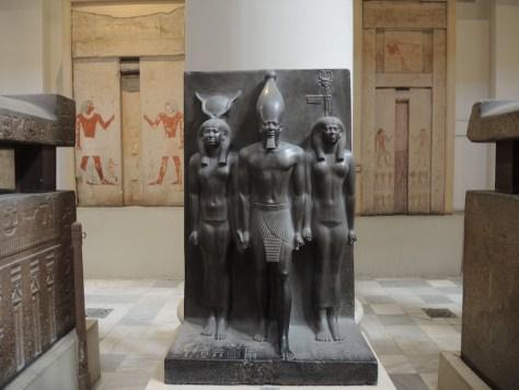 Triade des Pharaos Mykerinos mit zwei Gottheiten (um 2.500 v. Chr.). Mykerinos ließ die dritte Pyramide von Gizeh erbauen, die auch nach ihm benannt ist.
