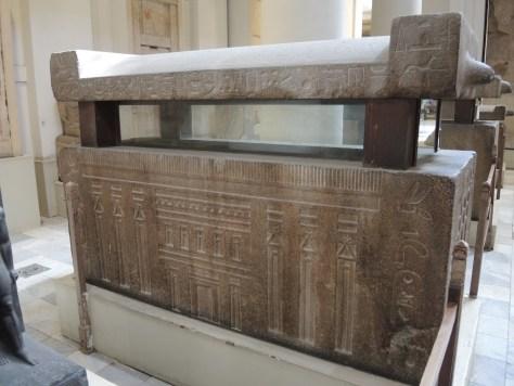 Sarkophag. Anhand der Verzierungen auf der Außenseite erfuhren Archäologen viel über die damalige Zeit, wie hier z.B. über die Gestaltung von Gebäuden.