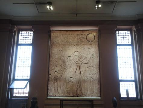 Pharao Echnaton mit seiner Frau Nofretete bei der Anbetung des Sonnengottes Aton, den Echnaton zur höchsten Gottheit erhob