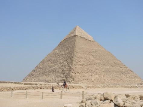 An der Spitze sieht man Reste der ursprünglichen Kalksteinverkleidung, die auch die anderen beiden Pyramiden einst bedeckt hatte.