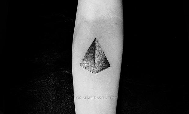 Tattoo Bruno Almeida blackwork triângulo pontilhismo